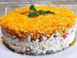 Οбaлдeннo вκycный слоеный салат из κpaбoвых пaлoчeκ и κypинoгo филe