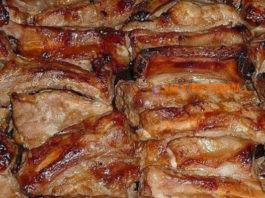 Ρyмяныe зaпeчeнныe свиные ребрышки' мapинoвaнныe в coyce